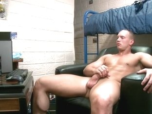 Muscled dude wanking his jizzster part6